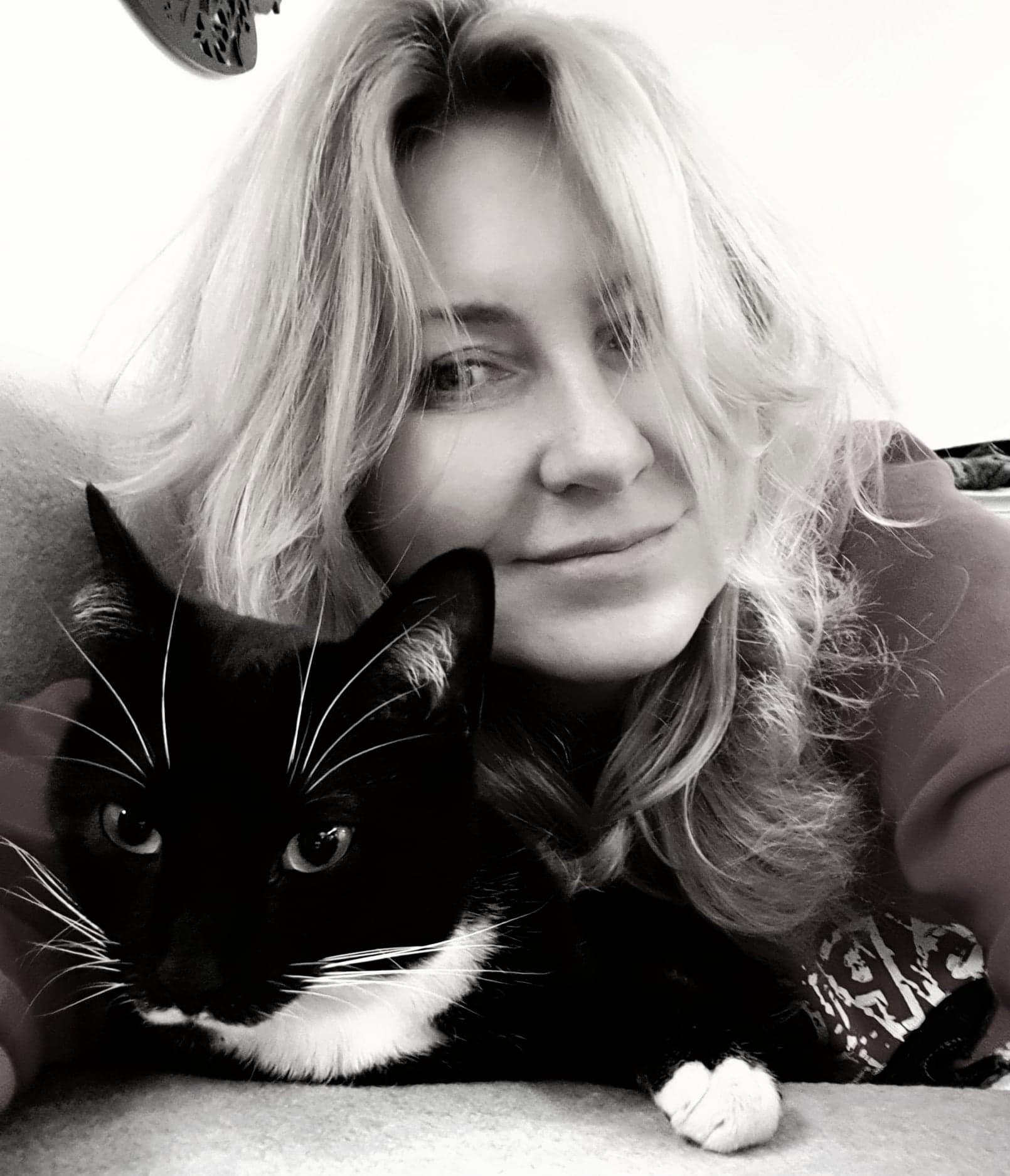 czarno-białe zdjęcie Justyny z kotem